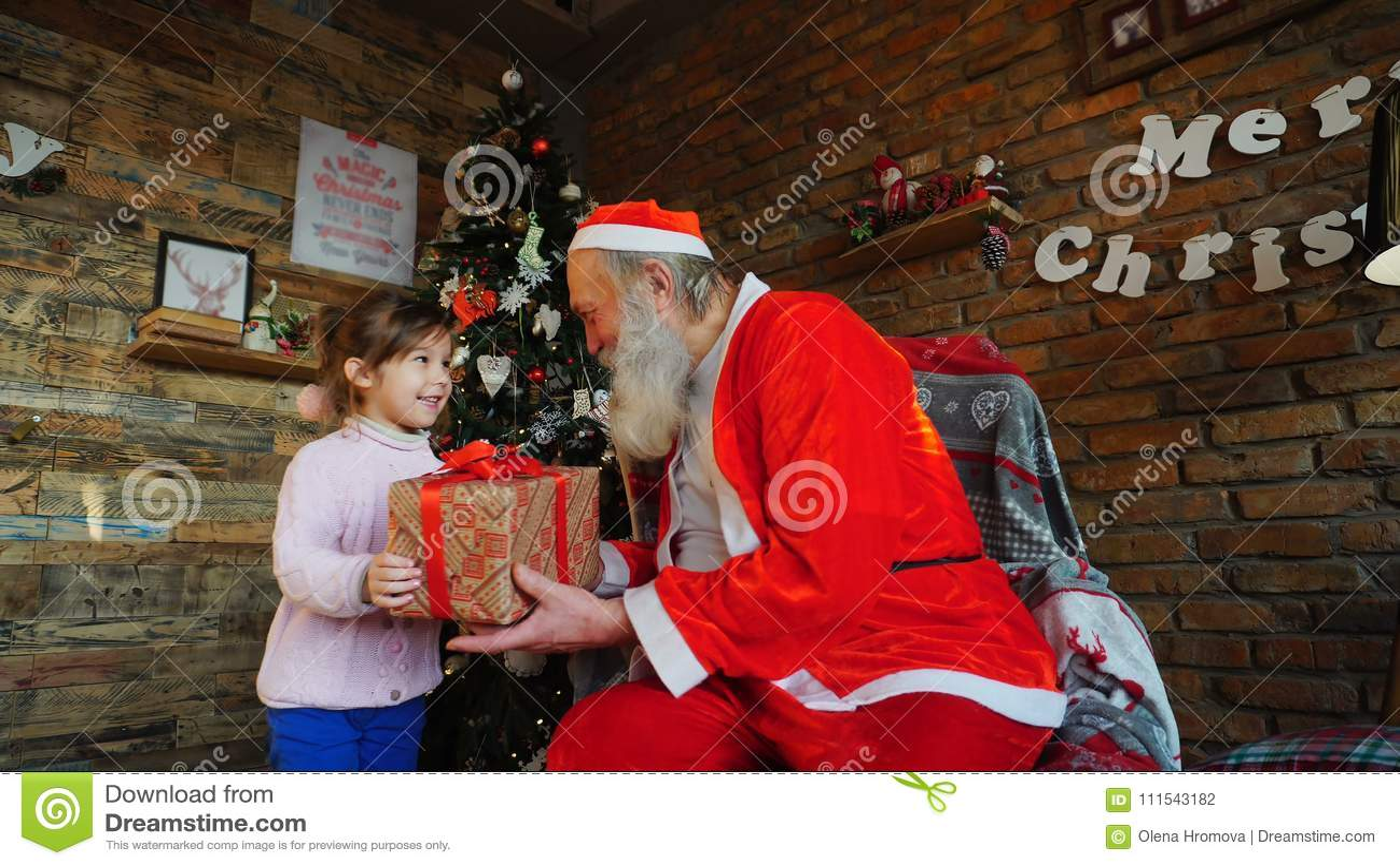 小欧洲女孩在圣诞老人` s圣诞节愿望耳语 r