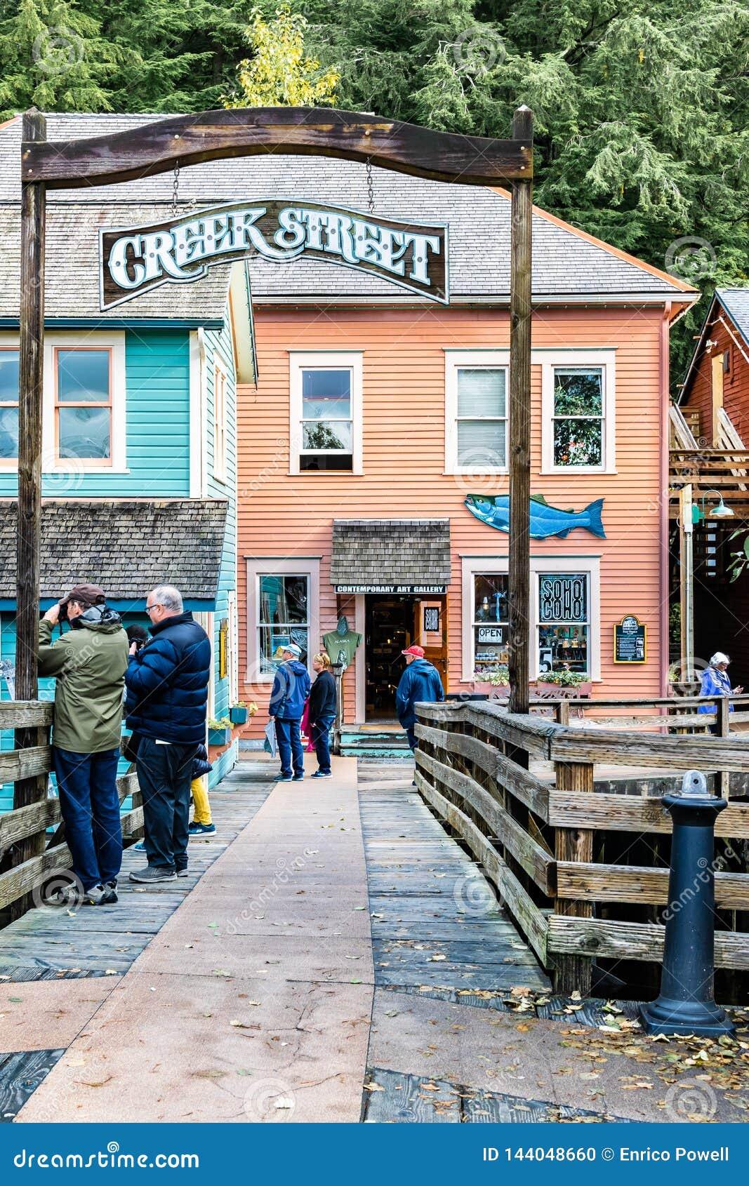 小河街道,游人的普遍的购物的地点在Ketchikan阿拉斯加