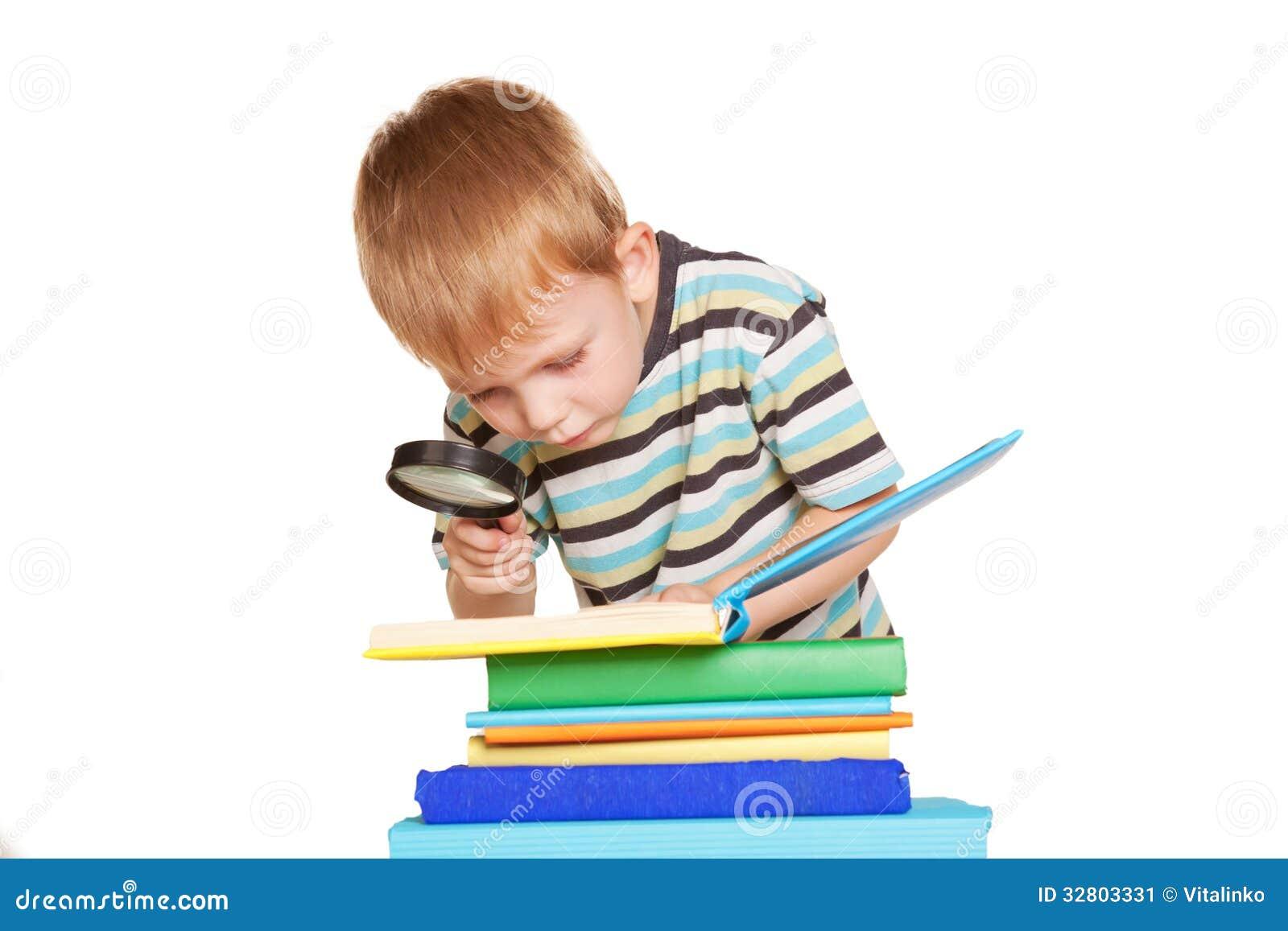 小男孩与放大镜的阅读书 库存图片 图片 32803331