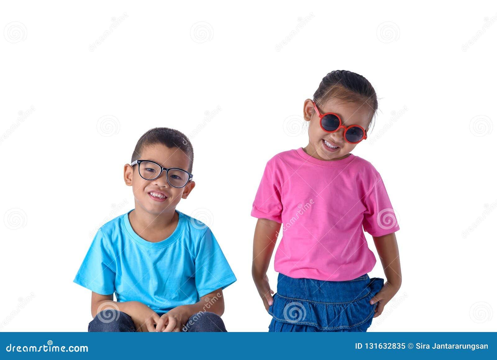 小男孩和女孩画象是有在白色背景隔绝的玻璃的五颜六色的T恤杉