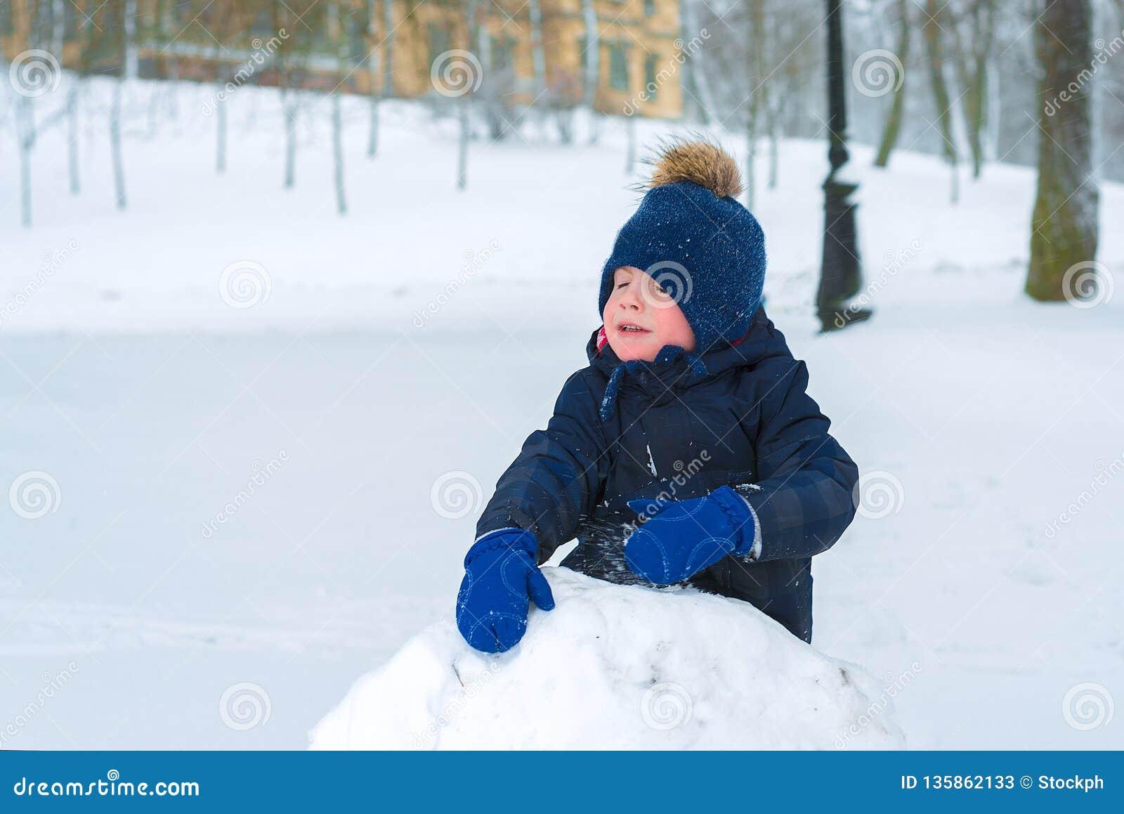 小男孩在寒冷的冬天哭泣 孩子是哀伤的