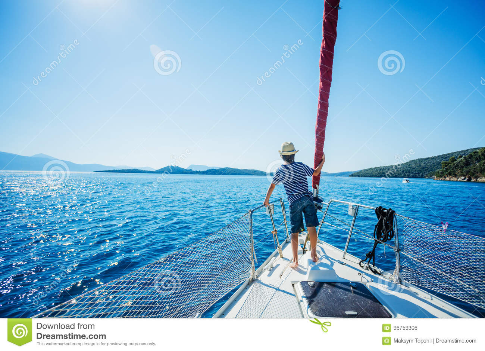 小男孩在船上在夏天巡航的航行游艇 旅行冒险,乘快艇与孩子家庭度假