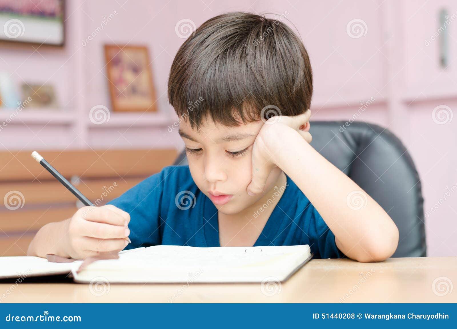 charuxiaoxue_小男孩文字和想法的家庭作业在家.