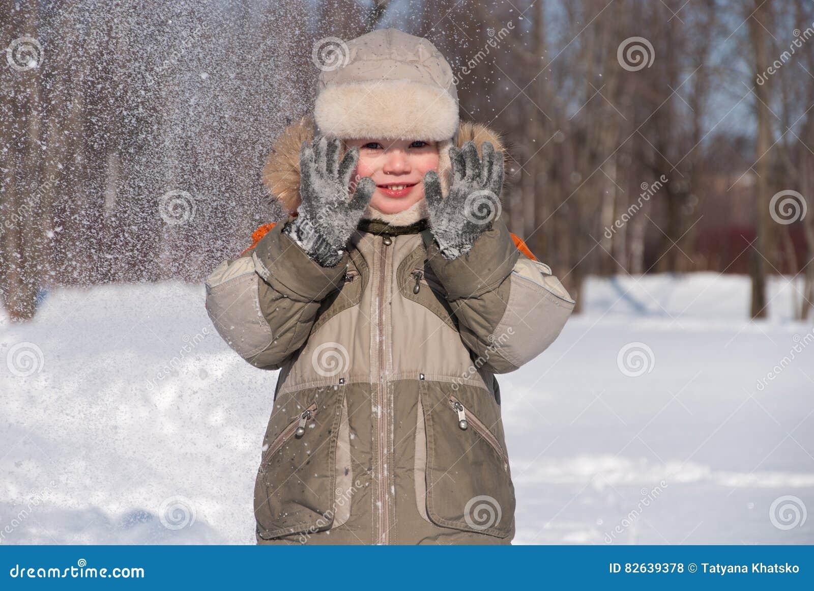 小男孩获得乐趣在雪