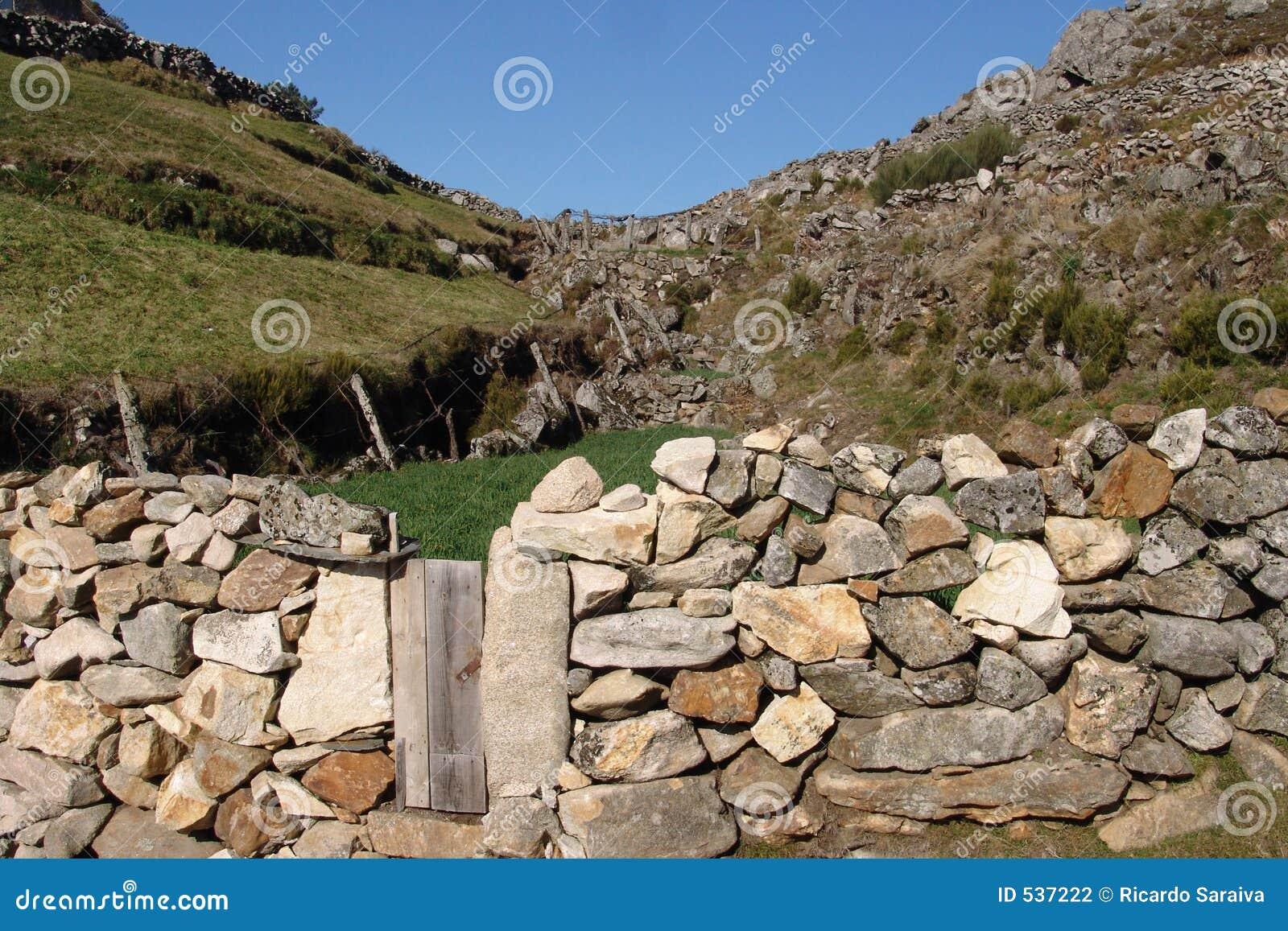 Download 小的墙壁 库存照片. 图片 包括有 绿色, 蓝色, 岩石, 天空, 农村, 石头, 墙壁 - 537222
