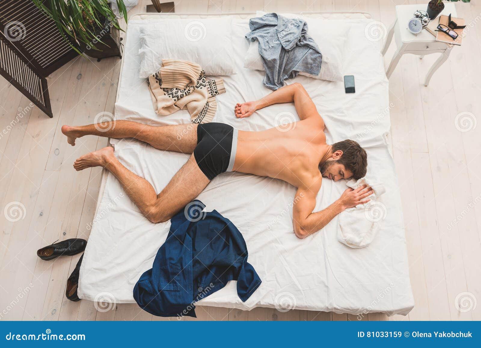 小睡在勤勉天以后的筋疲力尽的人