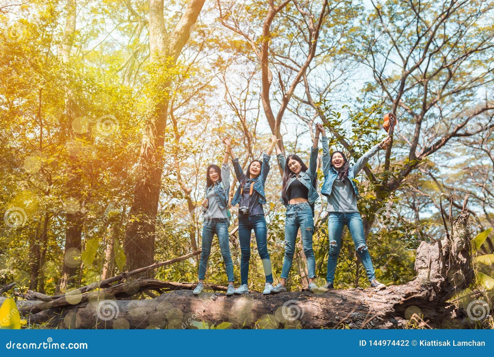 小组亚洲妇女目的地结束享用和迁徙愉快的旅行