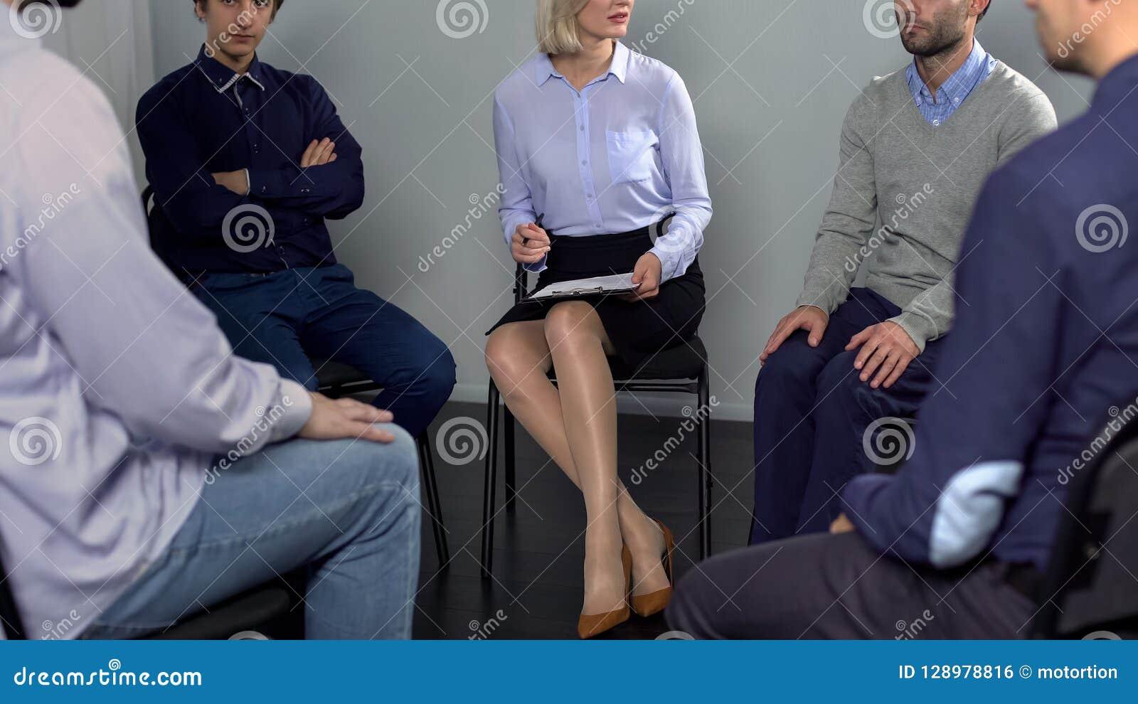 小组人谈论工作冲突与同事在精神疗法会议上