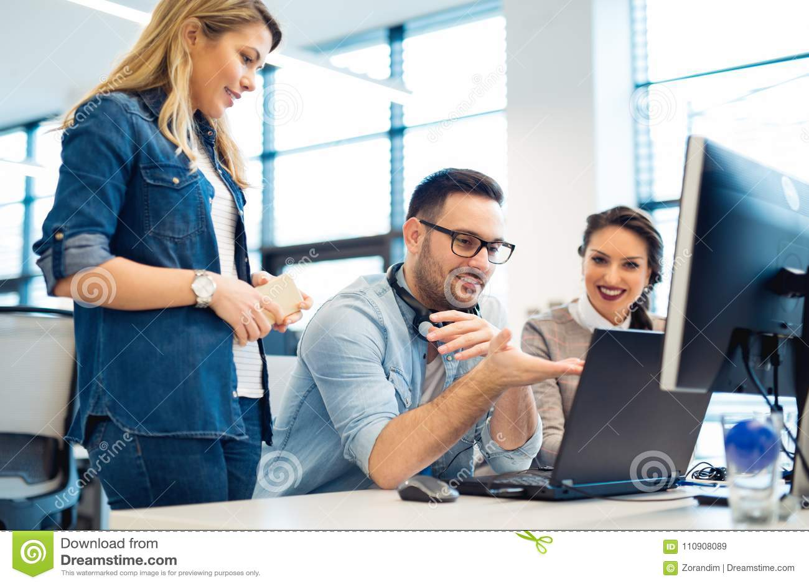 小组以一团队工作在办公室的商人和软件开发商