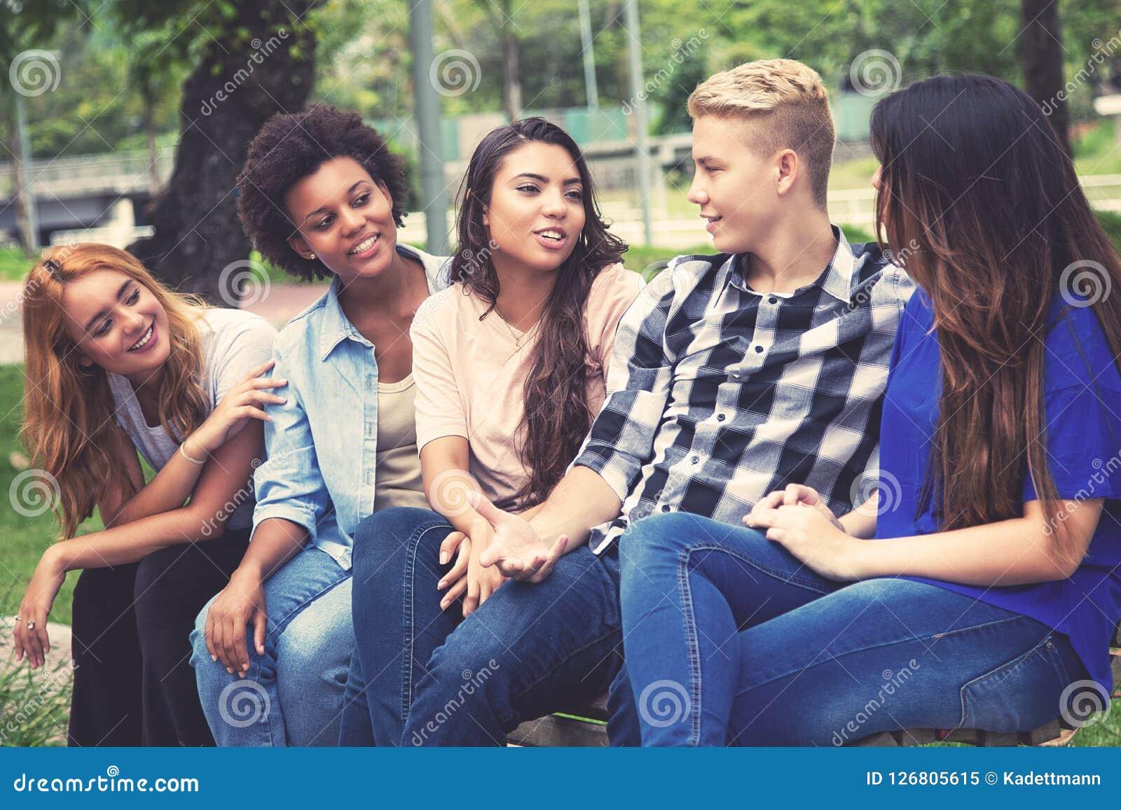 小组使变冷的拉丁美洲和非洲年轻成人