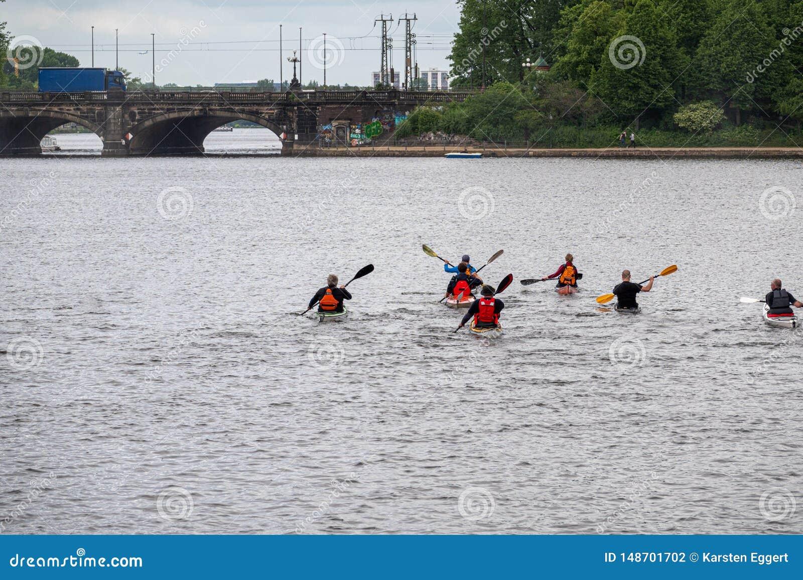 小组划独木舟的人为在水的一次旅行发生