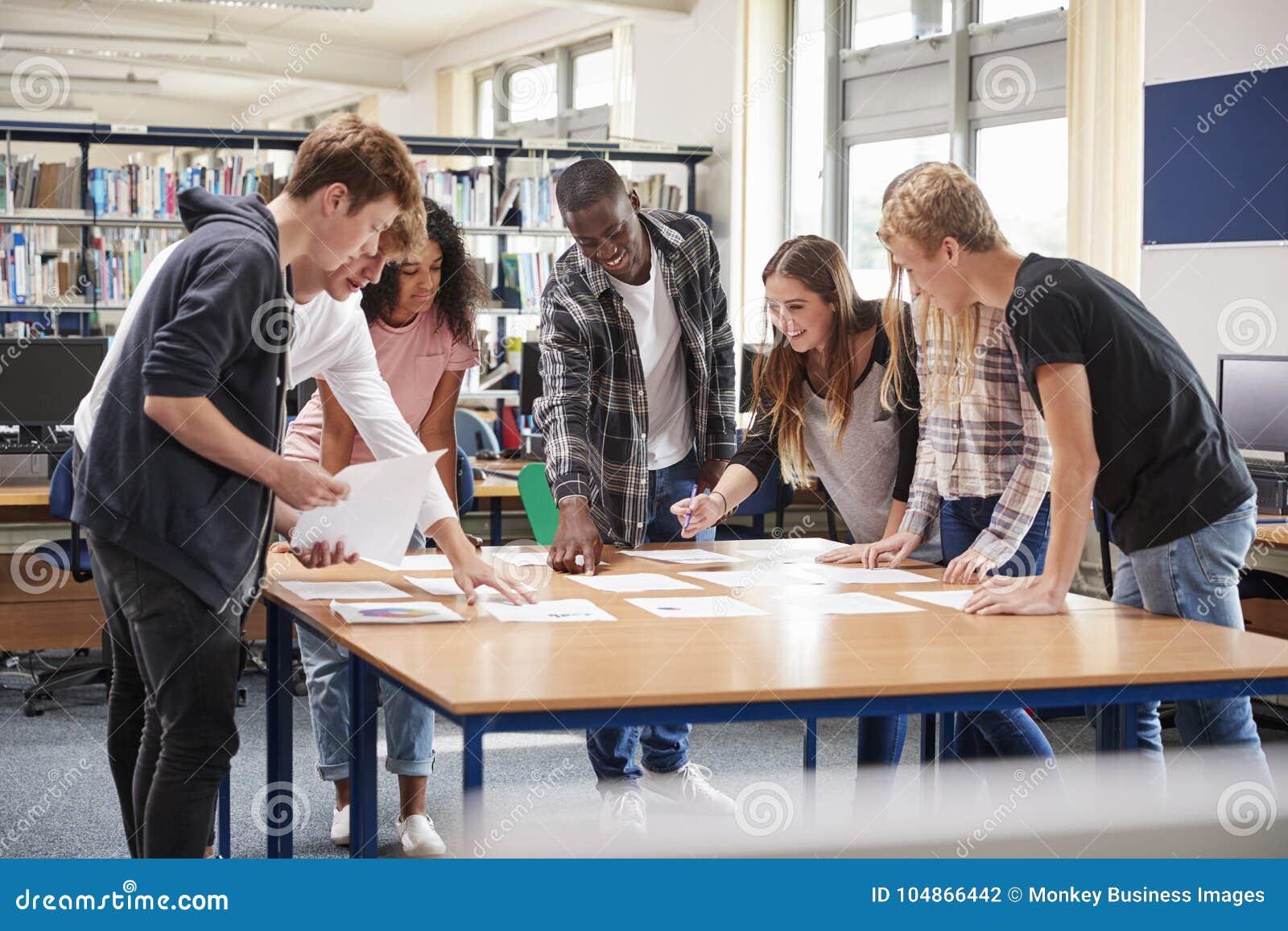小组合作在项目的大学生在图书馆里