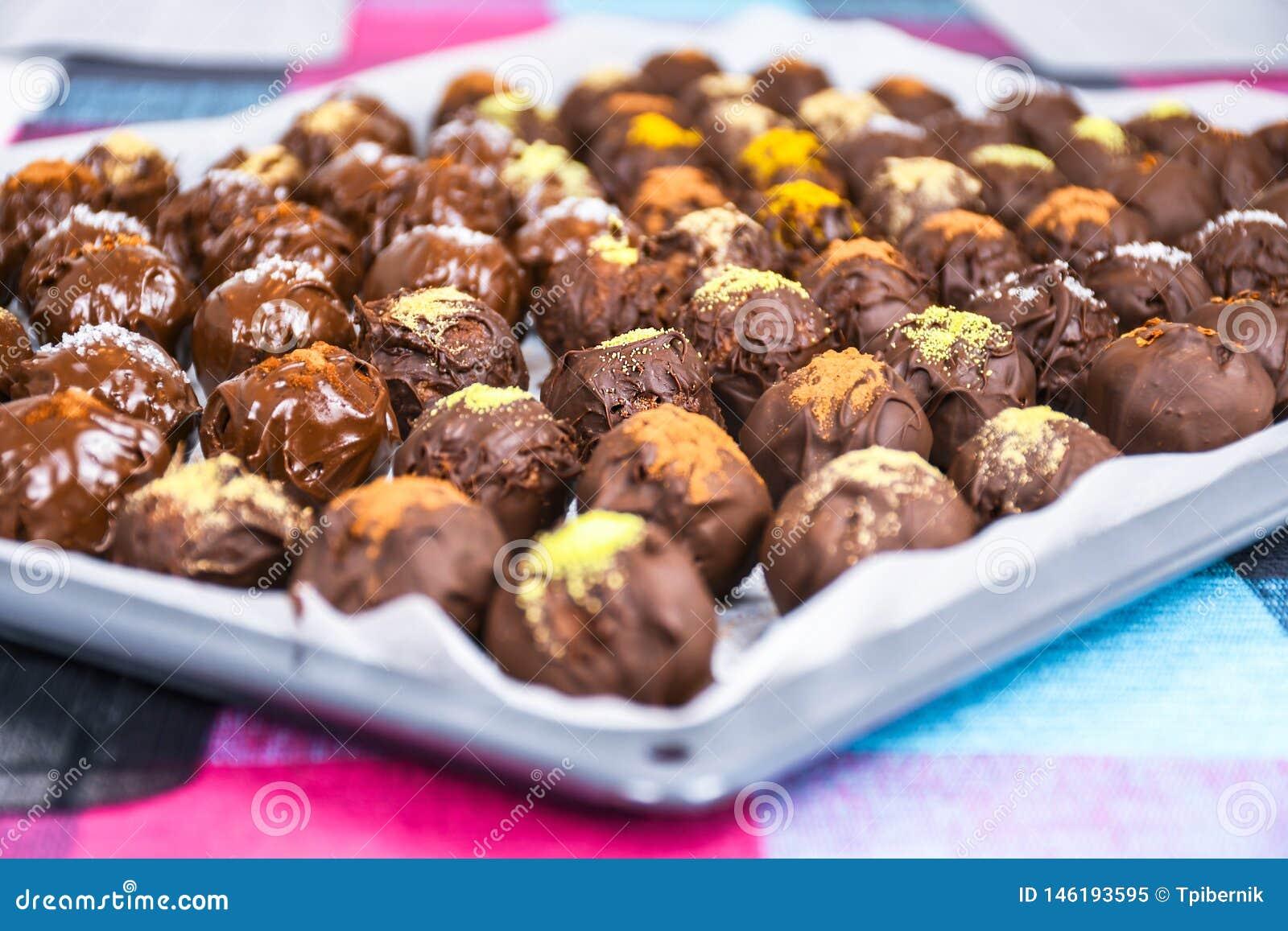 小组在一张支持的纸的甜和鲜美自创巧克力球