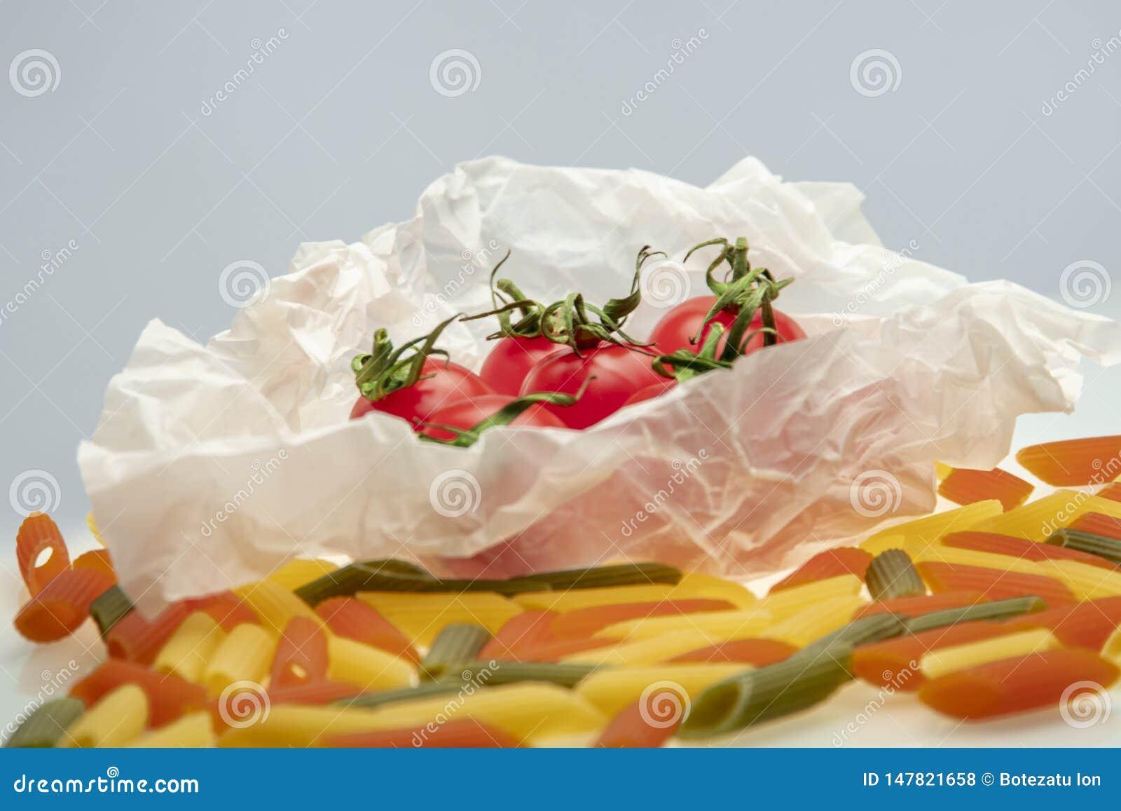 小组在烹调纸包裹的西红柿
