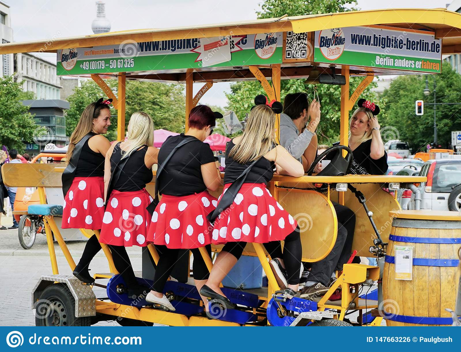 小组夫人在为8制造的啤酒自行车集会