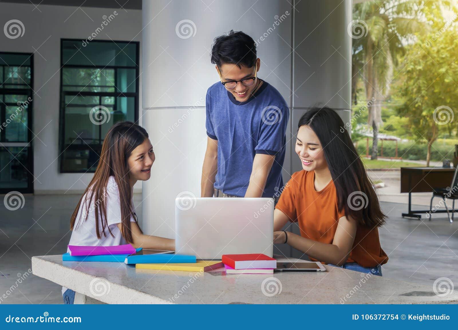 小组年轻亚洲学习在坐在lectu期间的大学