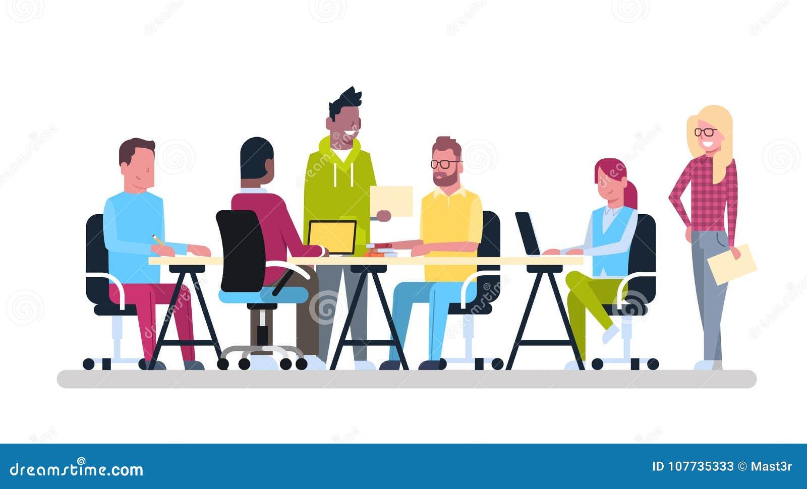小组年轻的商人坐在办公桌Coworking混合种族创造性的工作者队