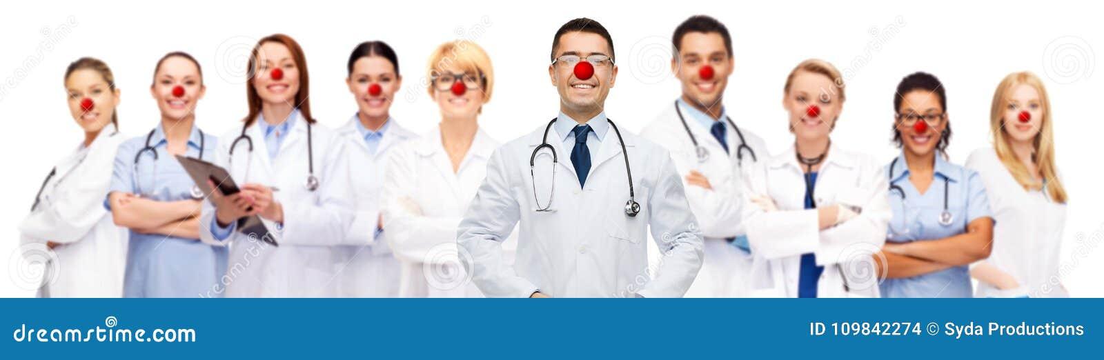 小组微笑的医生红色鼻子天