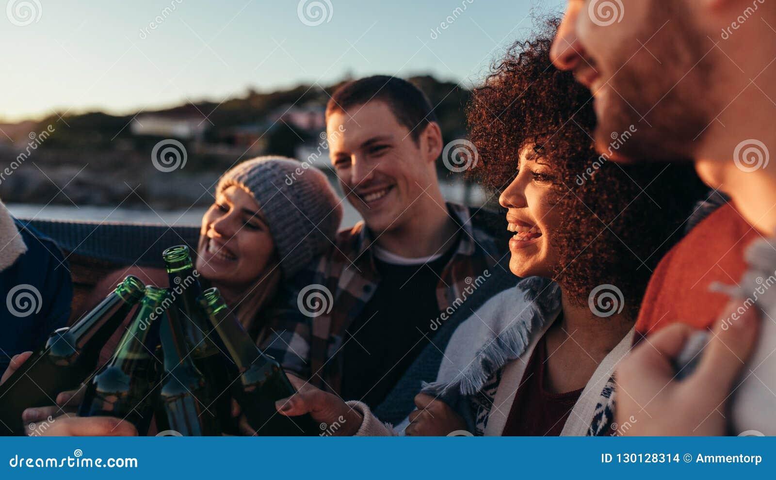 小组朋友有党在海滩