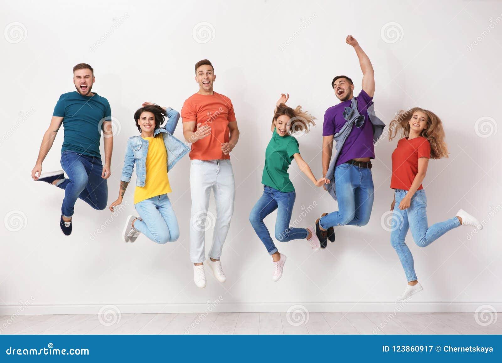 小组牛仔裤和五颜六色的T恤杉的青年人