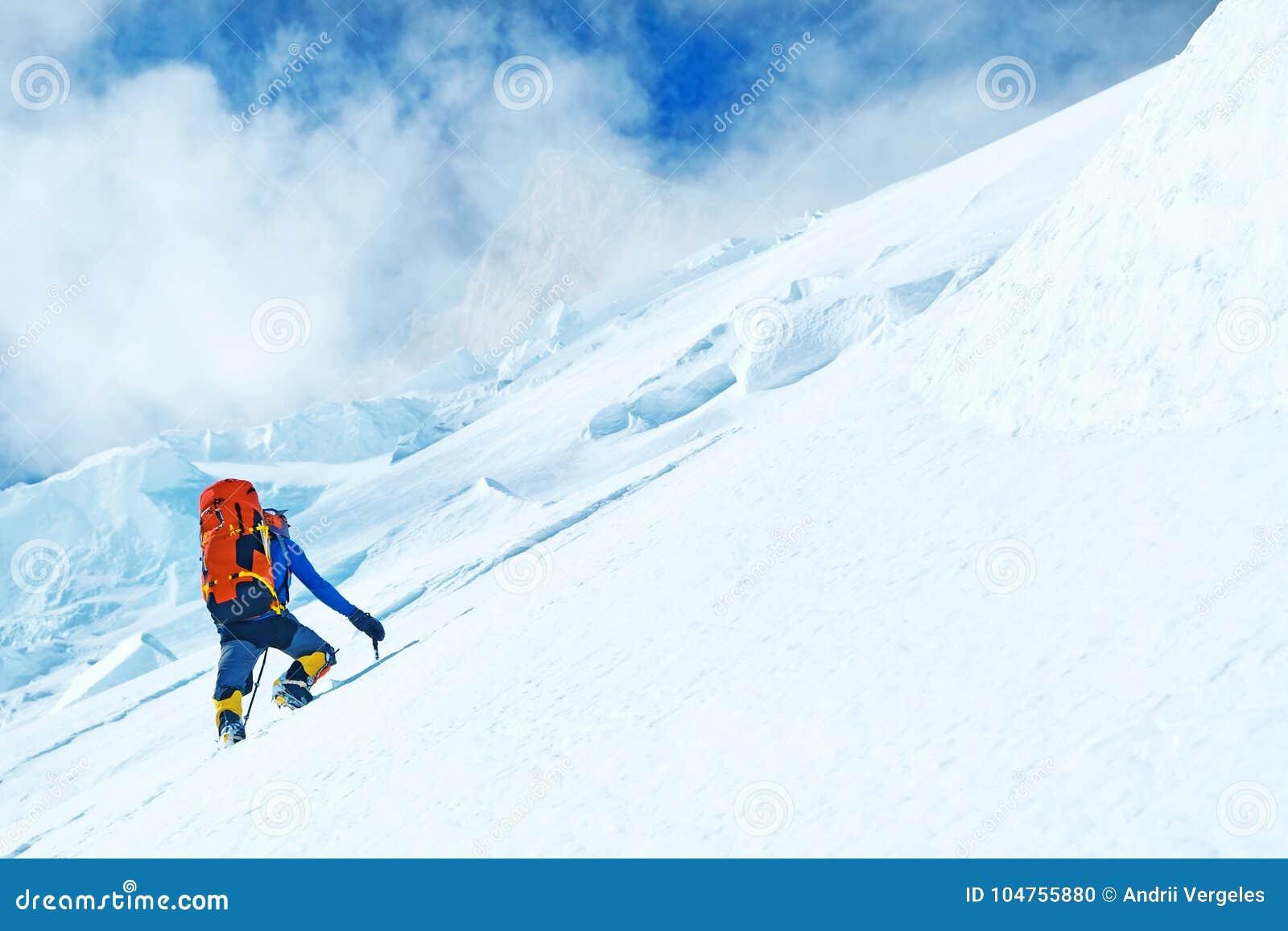 小组登山人到达山峰山顶  成功,