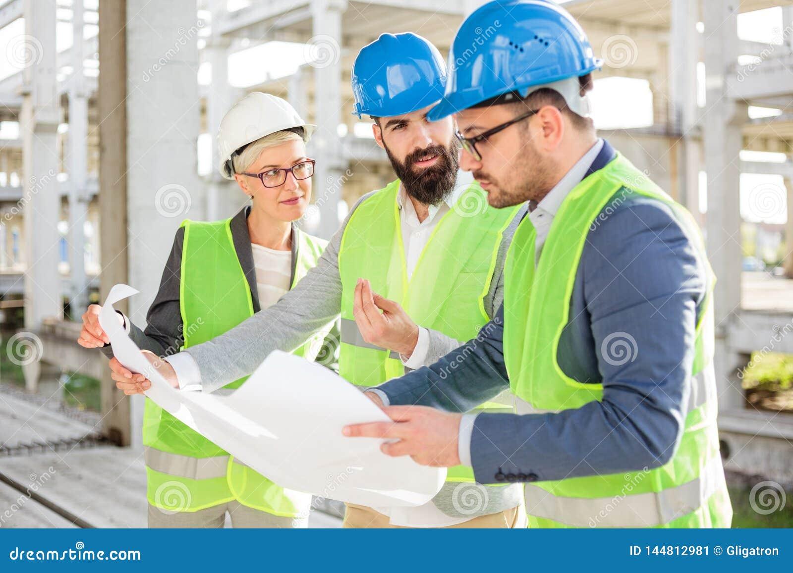 小组的建筑师或开的商务伙伴关于工地工作的会议