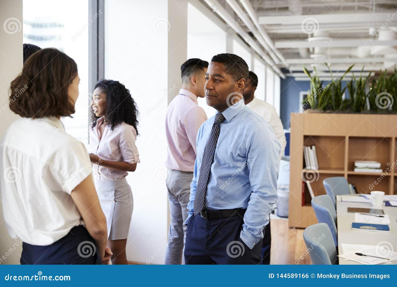 小组聊天在办公室的企业同事在会议以后