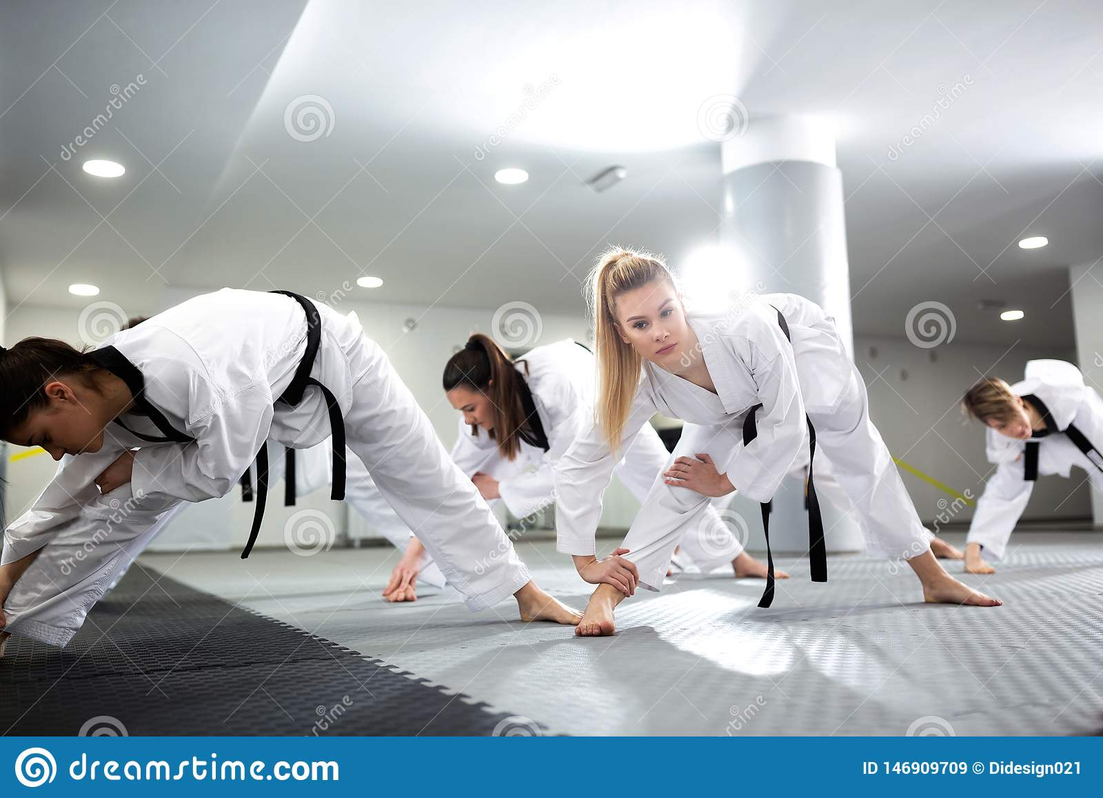 小组舒展和训练与他们的完全残疾朋友一起的跆拳道运动员