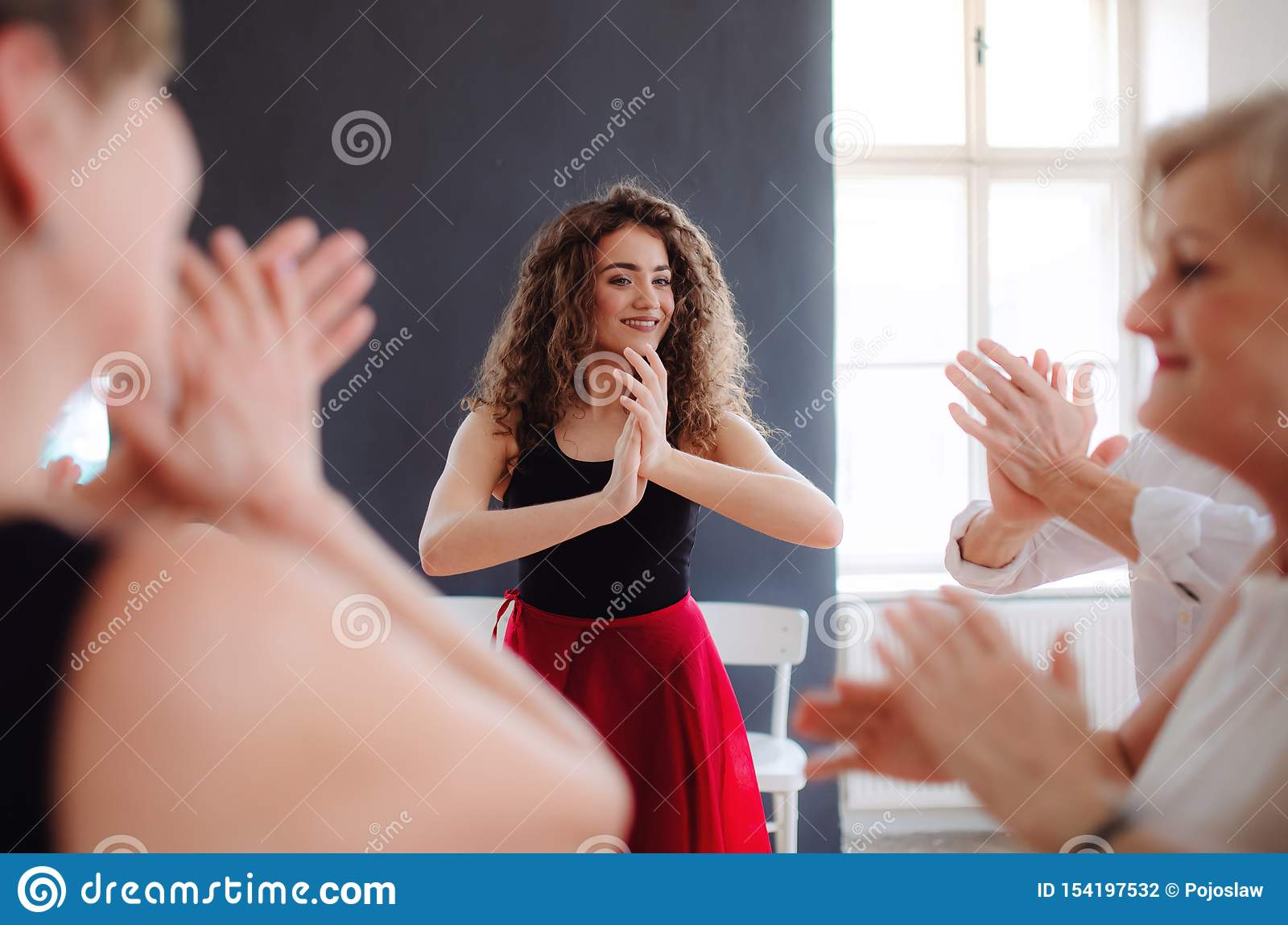 小组舞蹈课的资深人与舞蹈老师