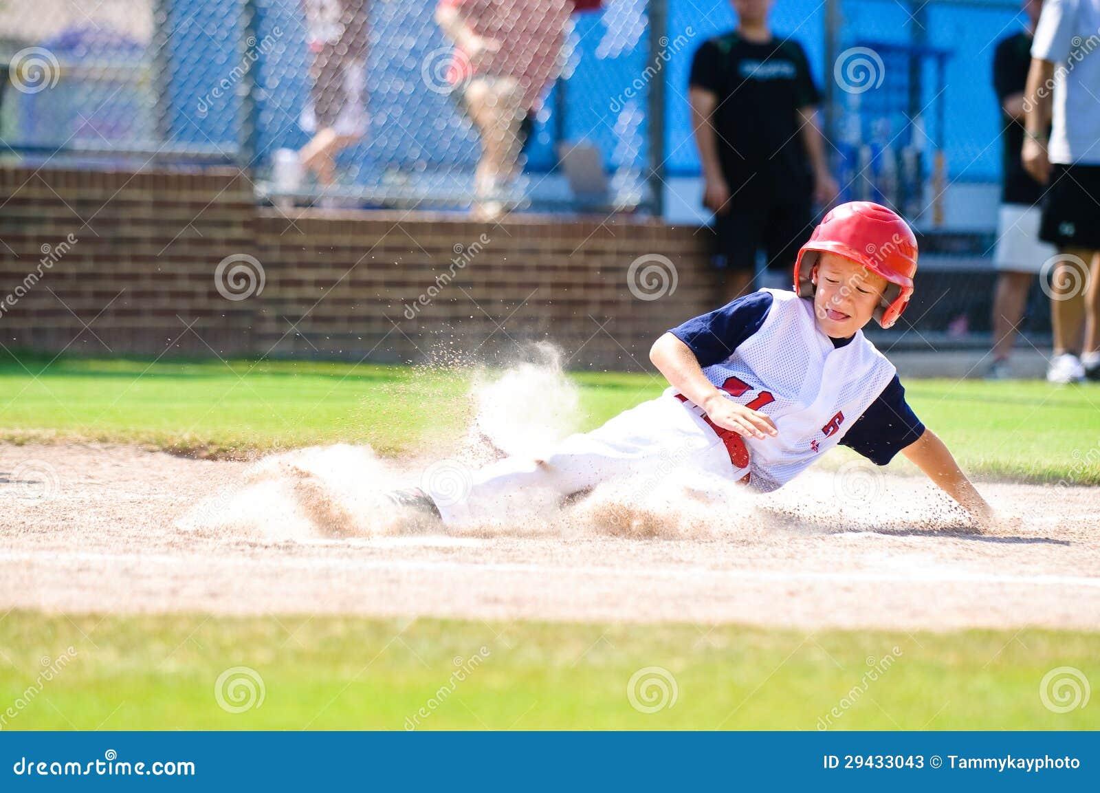小职业棒球联盟下滑的棒球运动员在家。