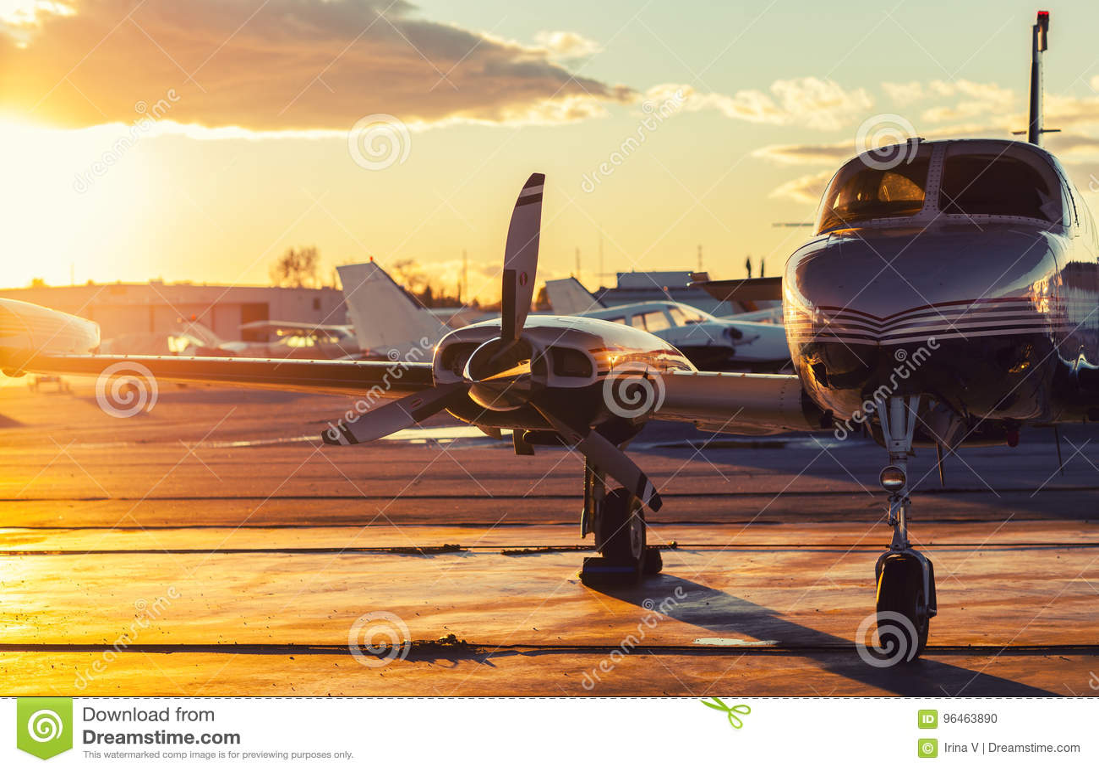 小航空:私人喷气式飞机在美丽的柏油碎石地面停放