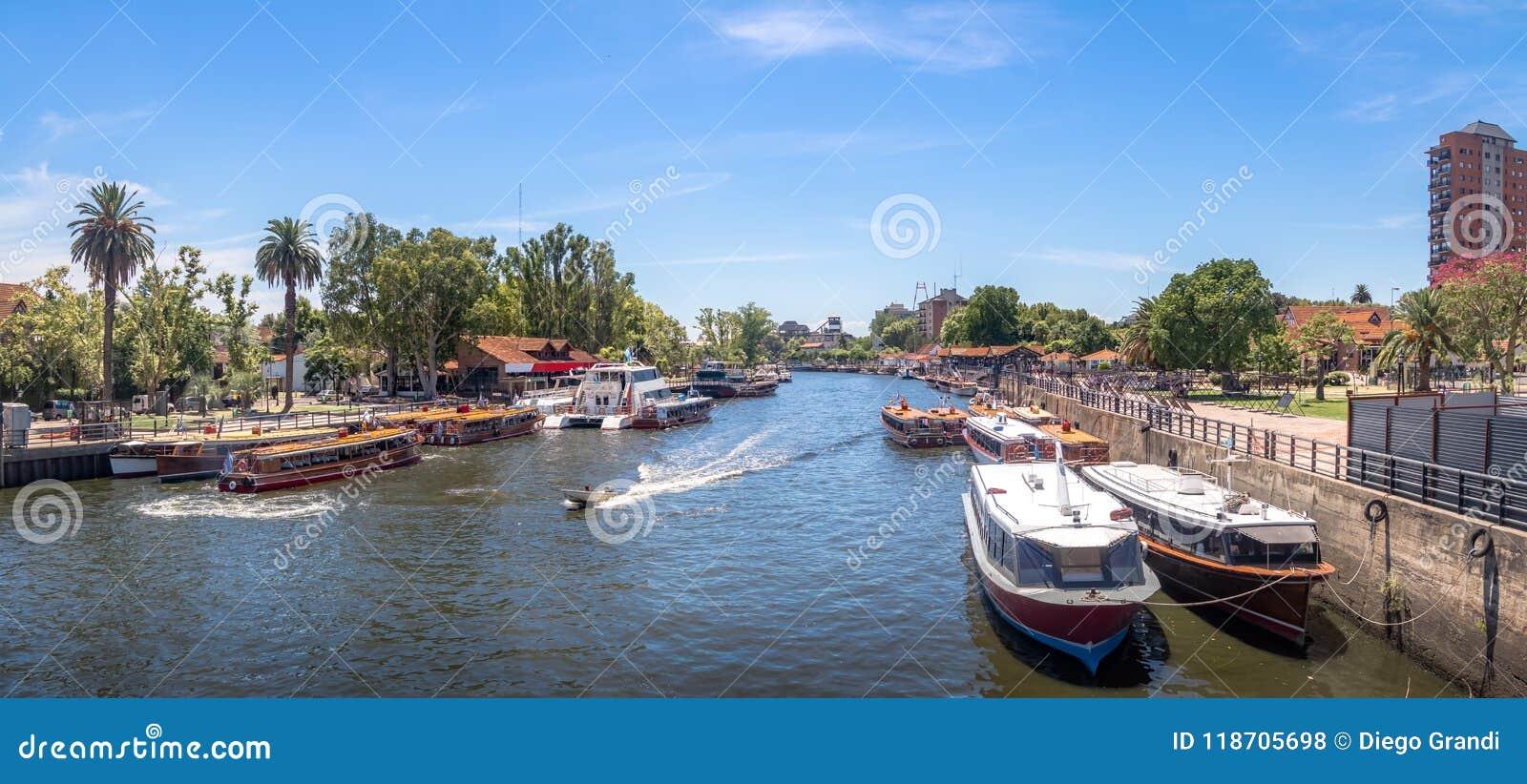小船全景在Tigre河- Tigre,布宜诺斯艾利斯,阿根廷的