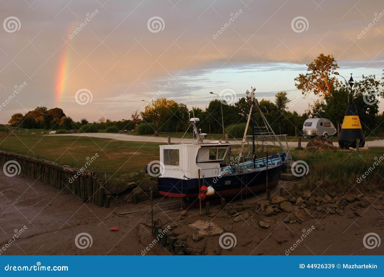 小船和彩虹土地