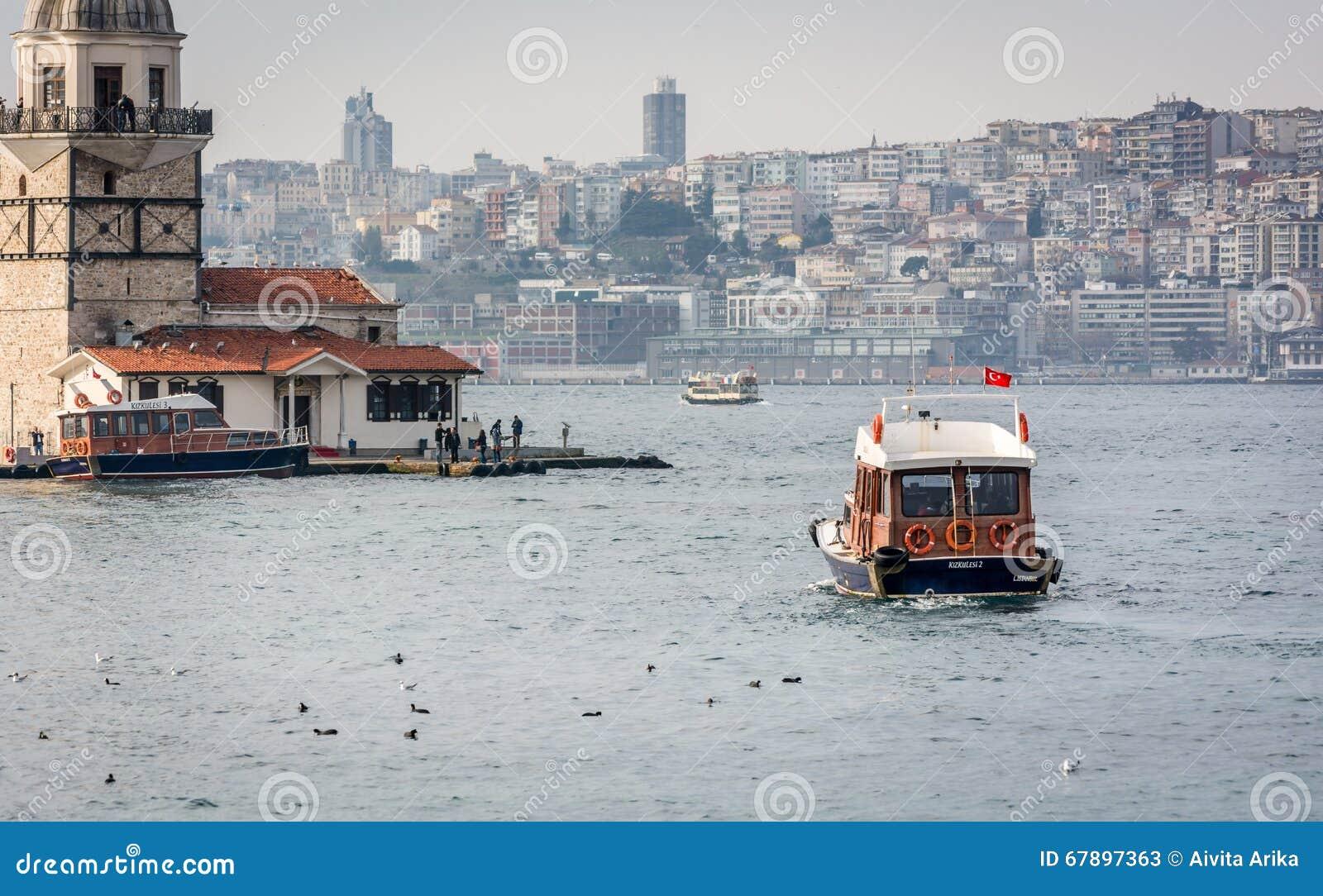 小船和未婚的塔在伊斯坦布尔,土耳其