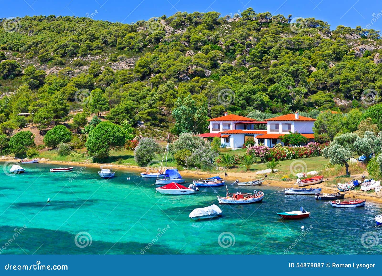 小船和游艇在别墅附近停泊了在一个偏僻的地点