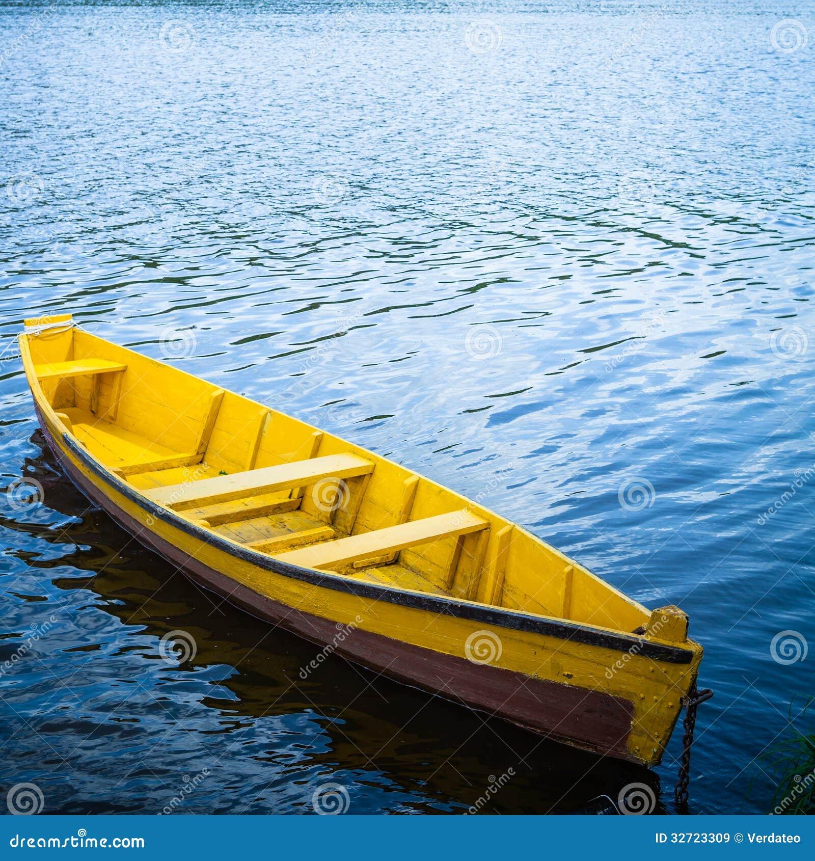 健身器材名称傹fx_河黄色三傹 漂浮在河的黄色木小船.