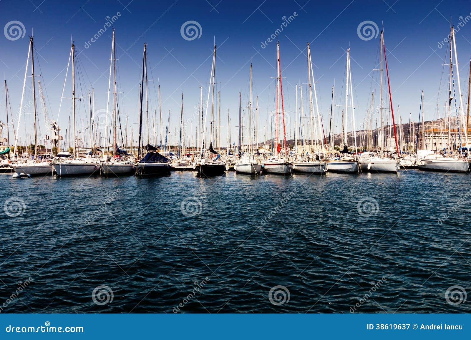小船在港口
