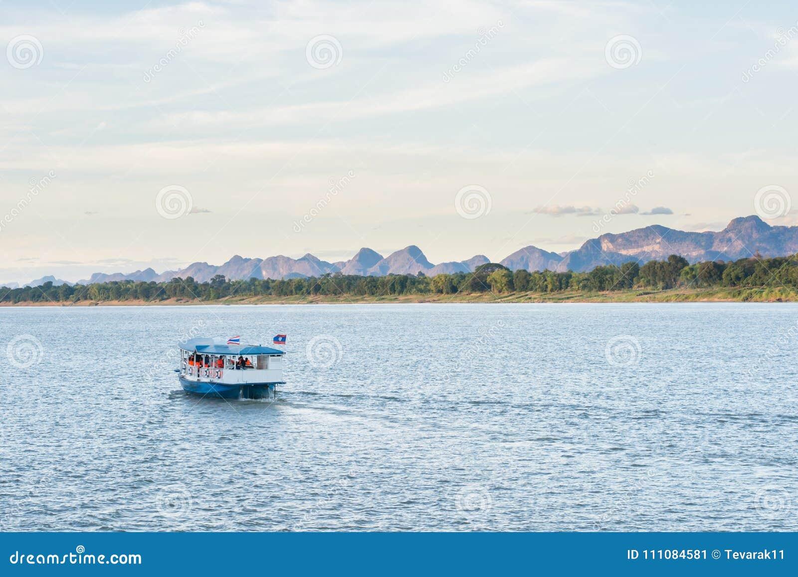 小船在湄公河对老挝人的Nakhonphanom泰国