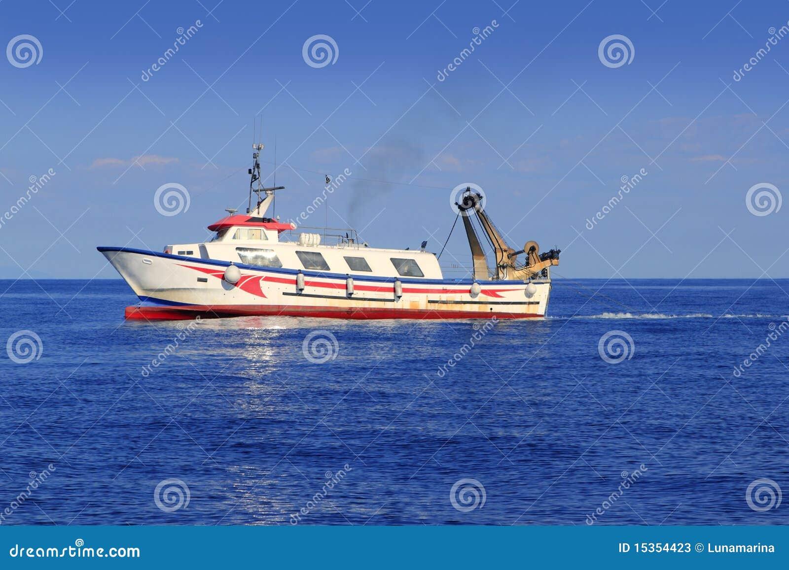 近海渔船图片_小船地中海近海拖网渔船工作