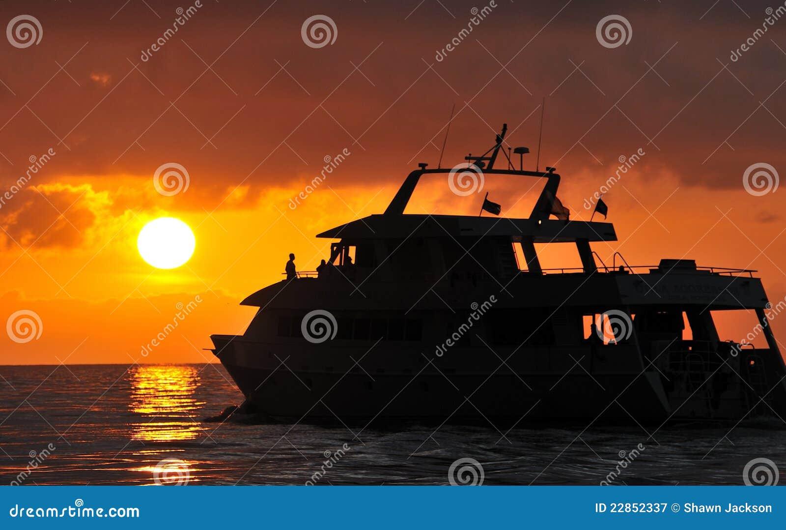 小船现出轮廓的日落