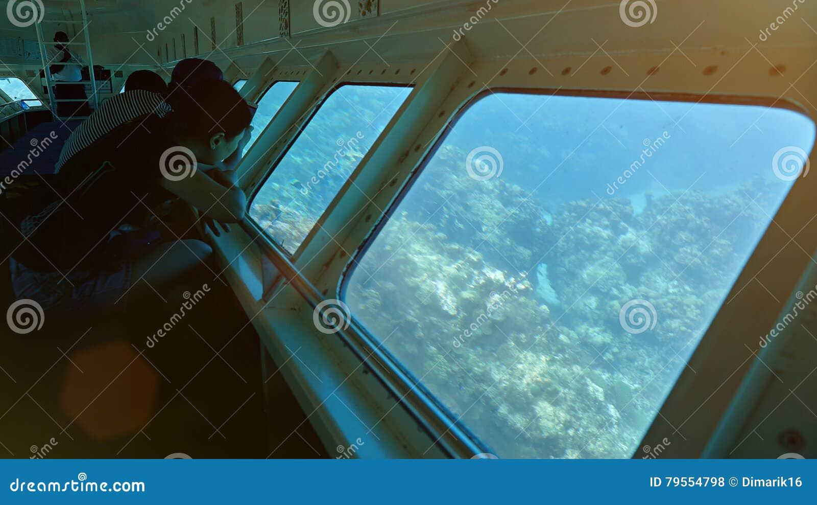 小船的人们有玻璃底部的