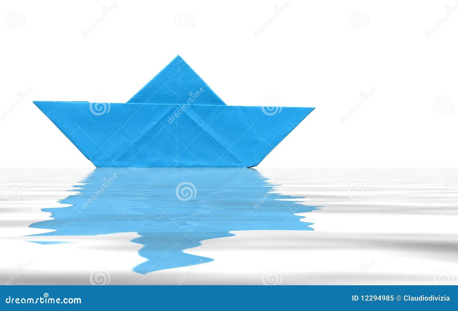 在纸玩具水的背景蓝色小船.图片