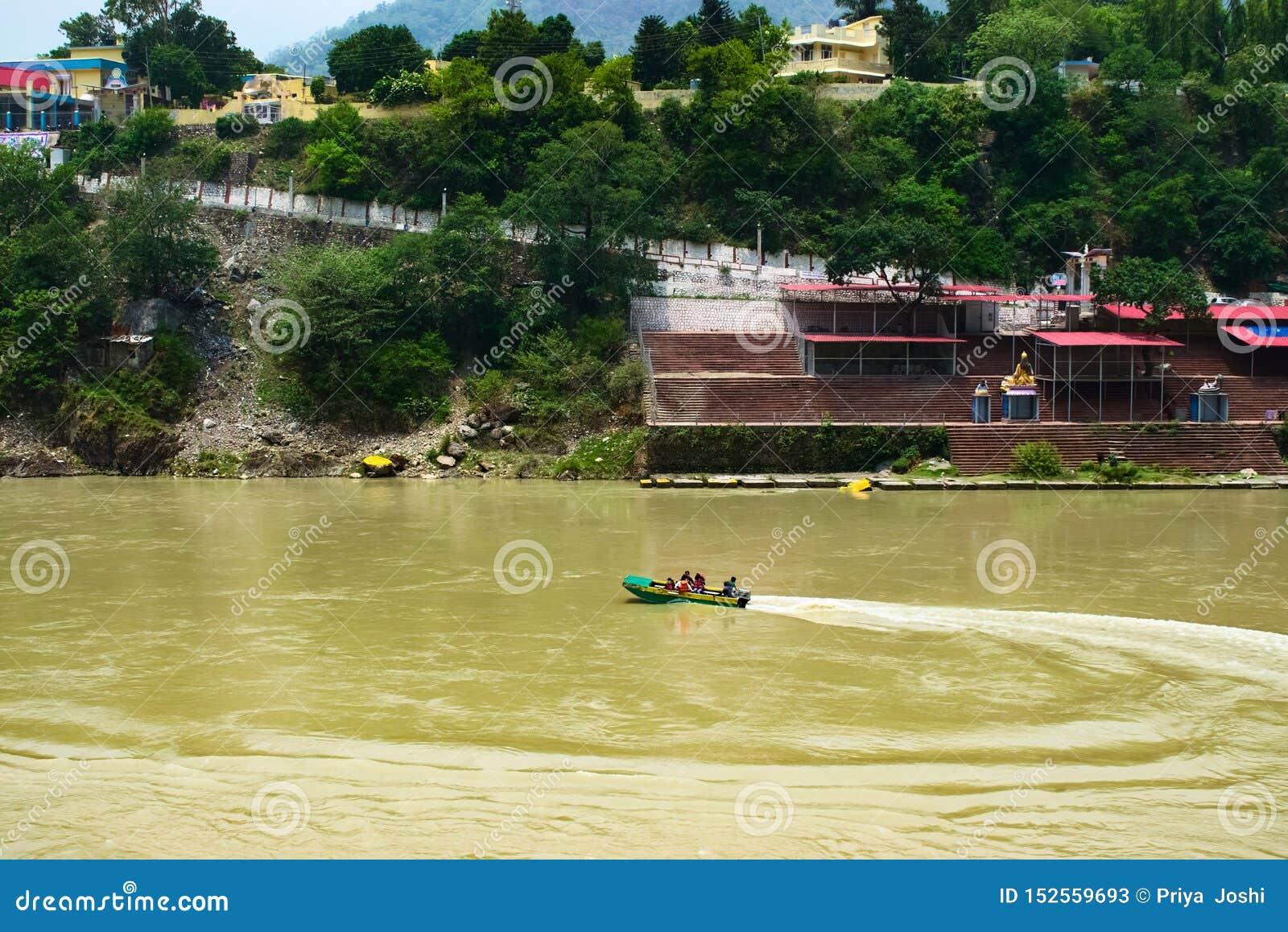 小船航行在河在圣城印度非常普遍的旅游目的地和美好的自然surroundin的瑞诗凯诗