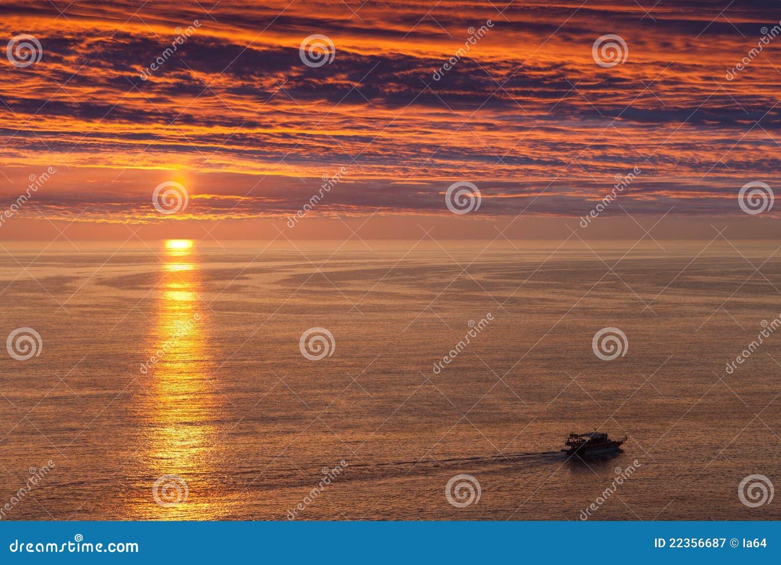 小船航行海运船