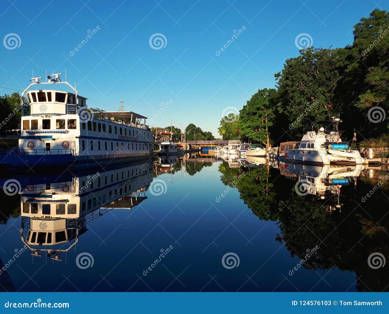 小船靠码头在Bobcaygeon,安大略在清早
