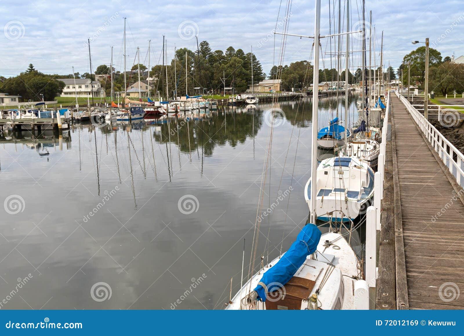 小船,停泊沿口岸神仙的莫因河的游艇在比克