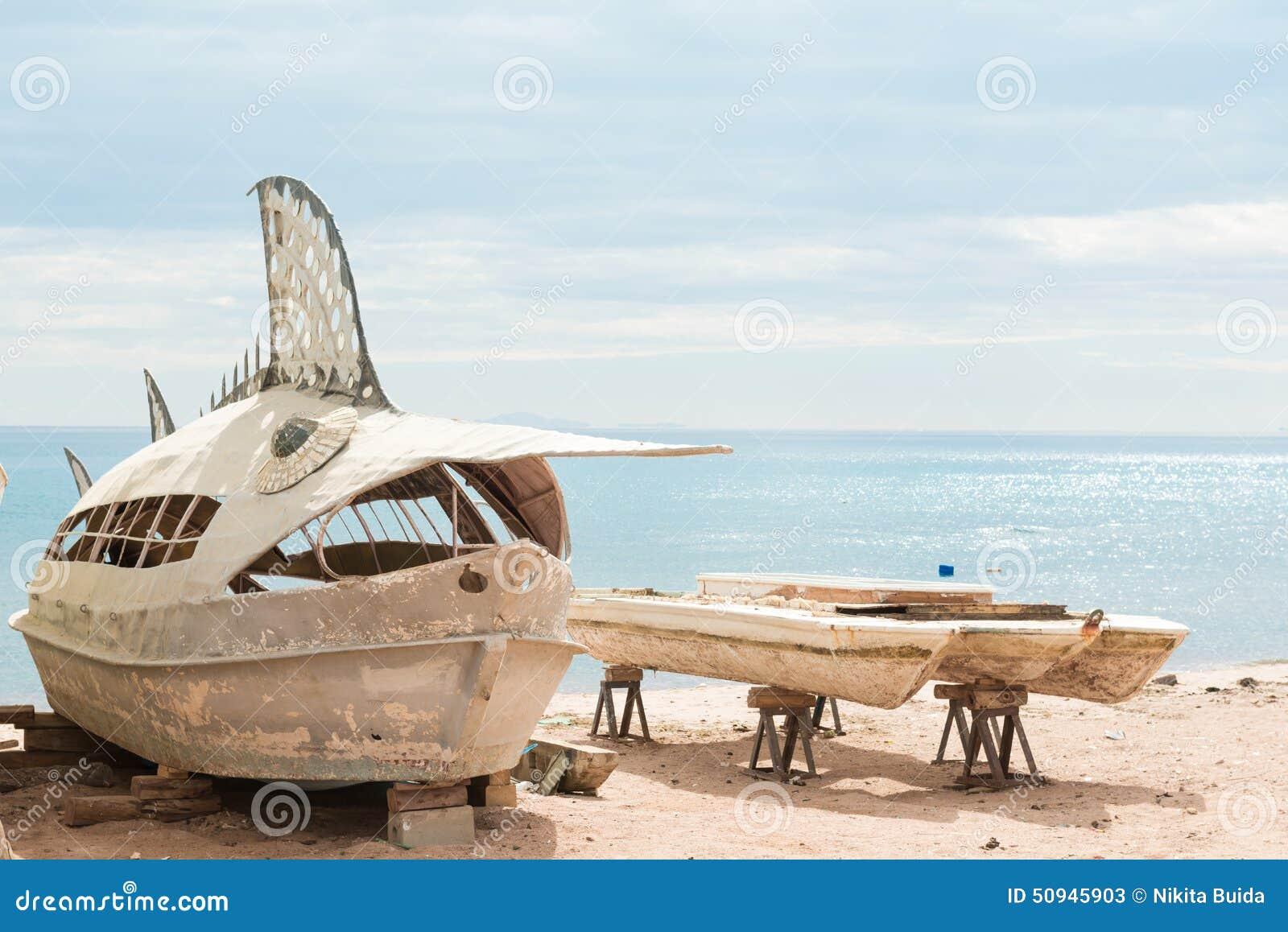 在海滩的老离开的钓鱼的娱乐小船红海.