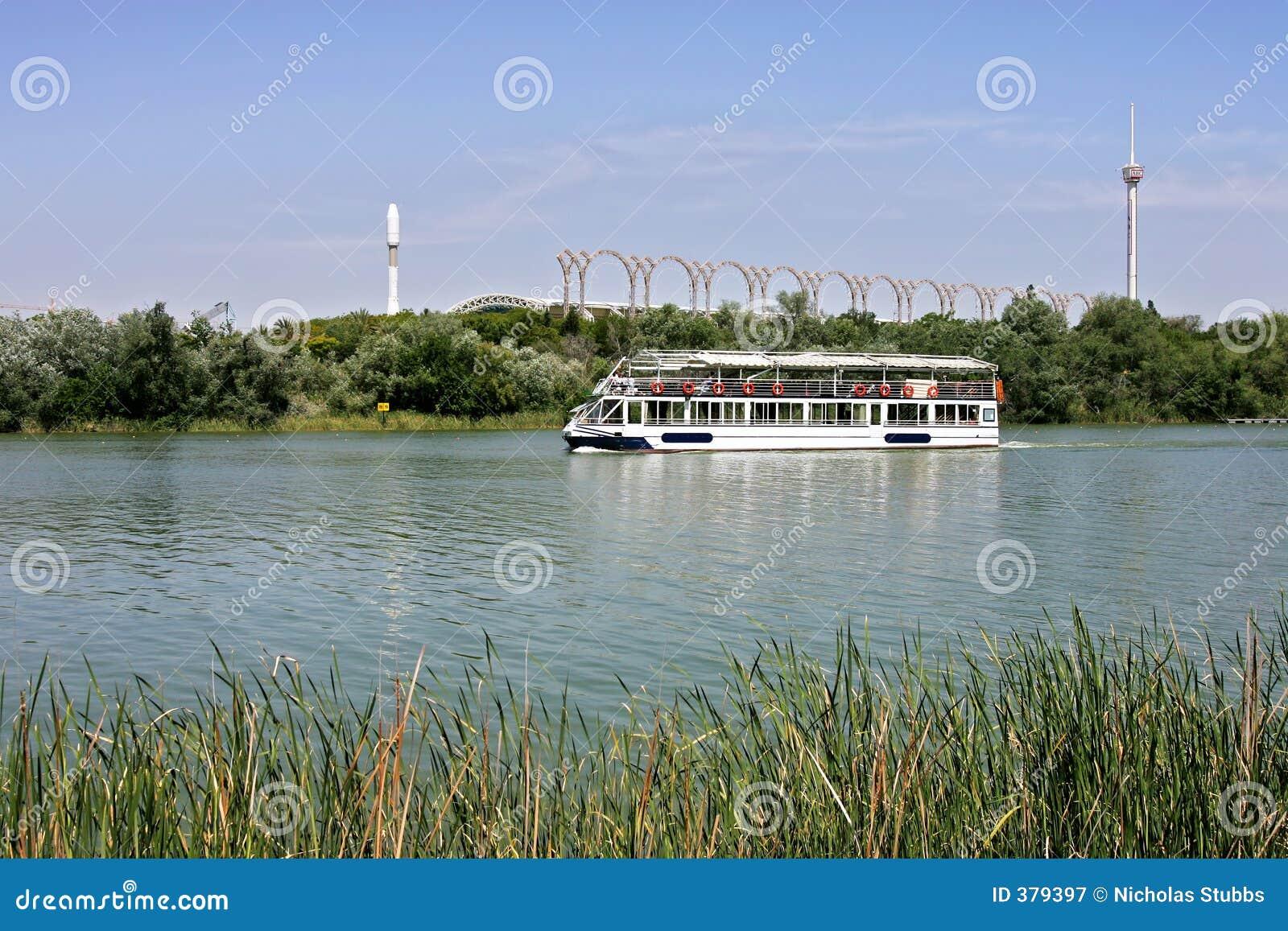 小船guadalquivir河塞维利亚浏览