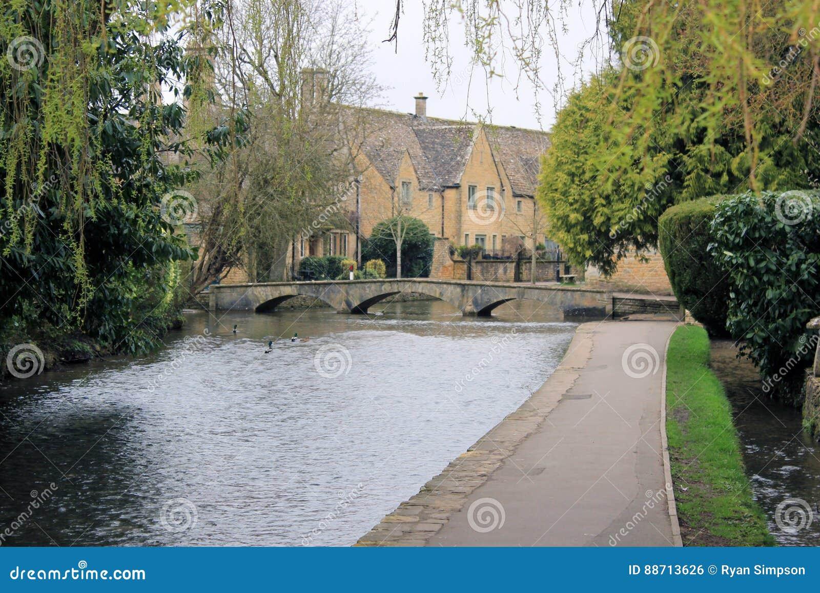小英国村庄桥梁风景
