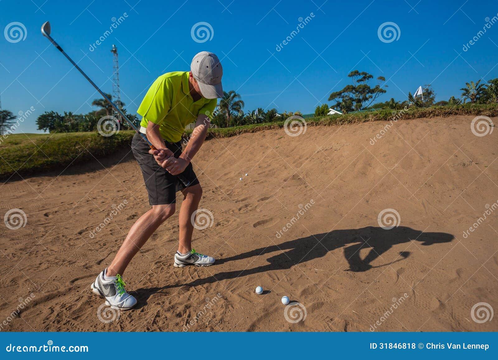 小辈球员沙子射击高尔夫球实践摇摆